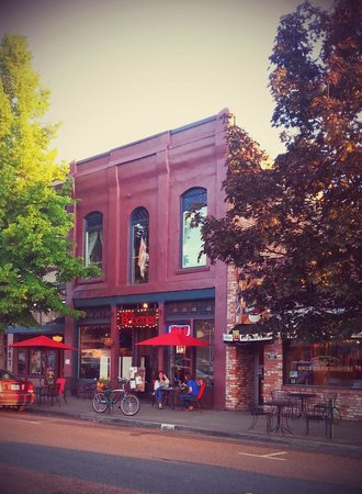 The Bohemian Bar and Bistro: Historic downtown Grants Pass