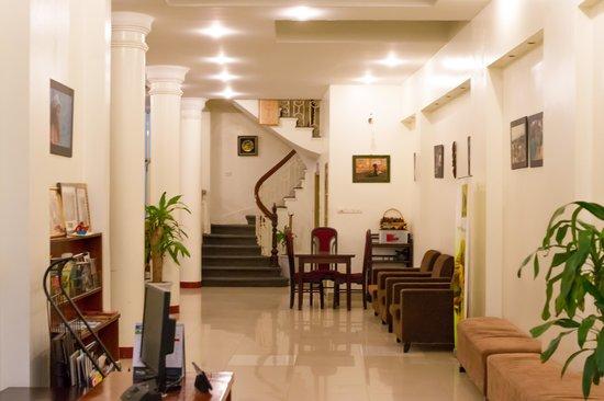 Rising Dragon Hotel: 1階奥には休憩&朝食スペースがあります