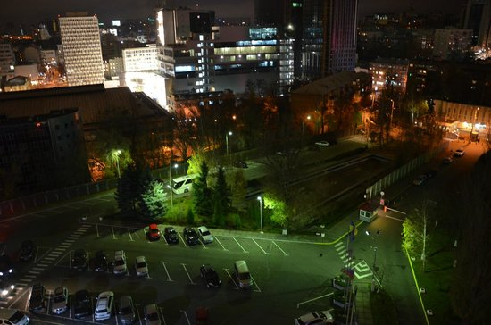 Premier Hotel Rus: A VIEW OF THE SWIMMING POOL IN FRONT OF THE ENTRANCE AT NIGHT