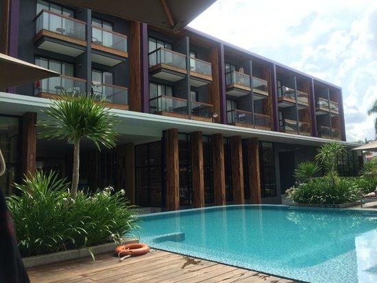 Holiday Inn Express Phuket Patong Beach Central: プールサイドから見たフロント棟