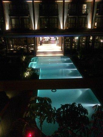 Holiday Inn Express Phuket Patong Beach Central: 部屋から見たプール・フロント棟