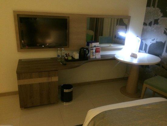 Holiday Inn Express Phuket Patong Beach Central: 水2本、インスタントコーヒーなど無料
