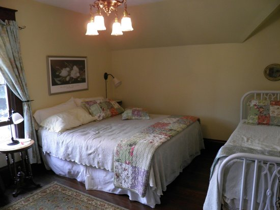 Sweet Magnolia Bed and Breakfast: 2nd floor comfy room