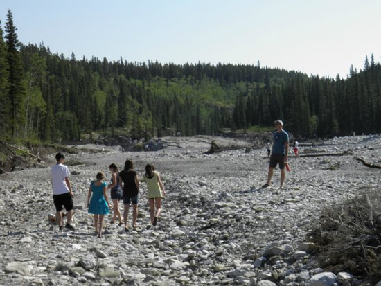 Elbow Falls Provincial Recreation Area: wide open riverbed shoreline