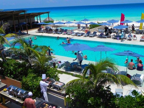 Secrets The Vine Cancún: Poolside grilling.