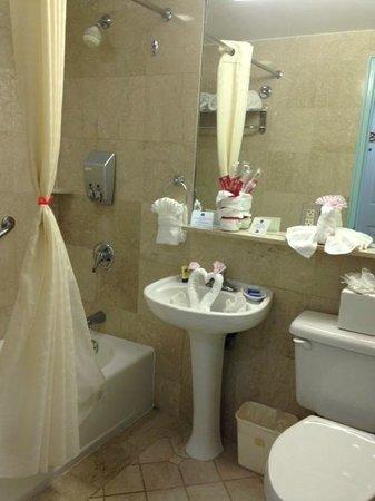 Best Western Plus Atlantic Beach Resort : Bath....