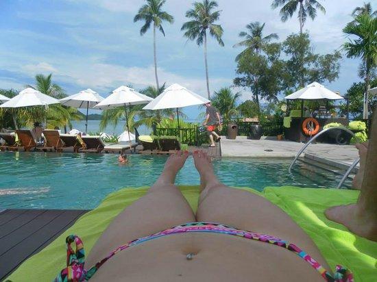 Pullman Phuket Panwa Beach Resort : Relaxing by the pool