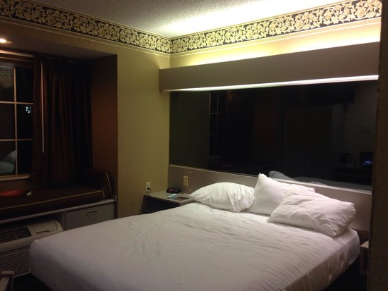 Microtel Inn & Suites by Wyndham Houston: Queen room. So much mirror...