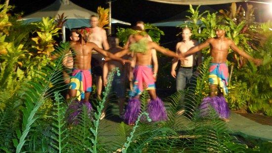 Gecko's Restaurant: Fijian Dancers at Gecko's