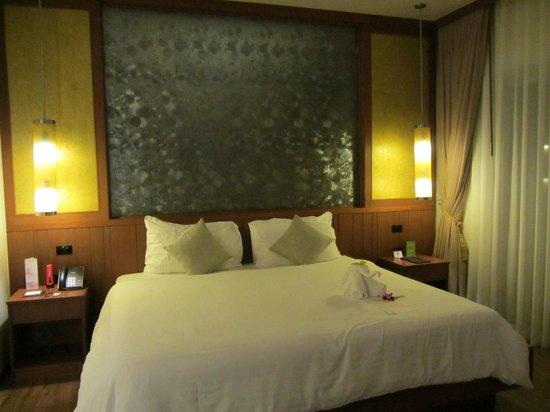 Beyond Resort Khaolak : Gigantic King Bed in Standard Villa