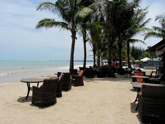 Beyond Resort Khaolak : Beach Bar area