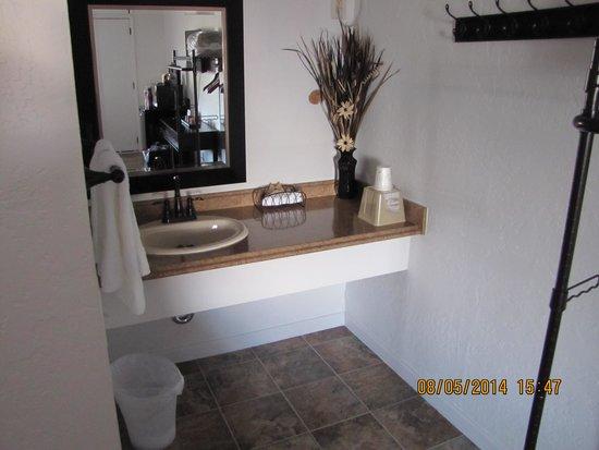 Kalispell Hilltop Inn: sink area