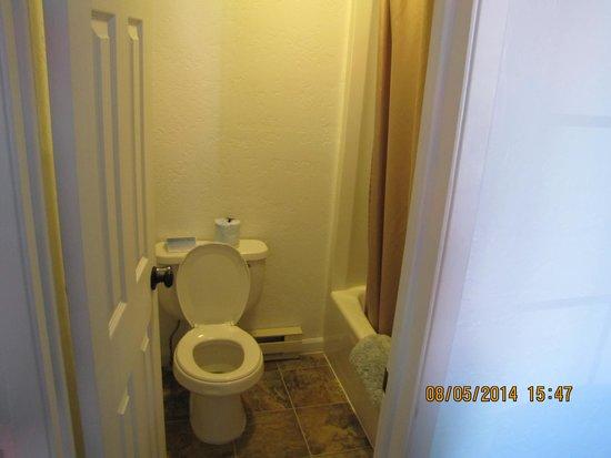 Kalispell Hilltop Inn : bathroom