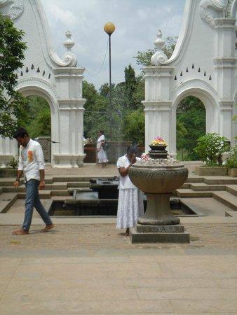 Kelaniya Raja Maha Vihara: Kelaniya - worshippers