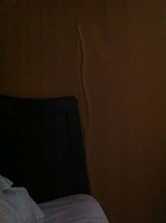 Travelodge South Burlington : Crack in wall next to bed