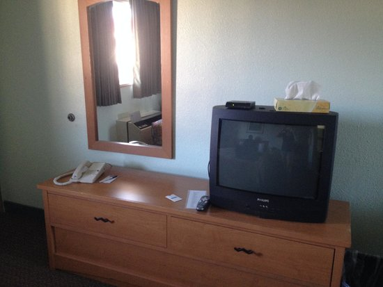 Travelodge Seattle North of Downtown: dresser and tv next to door, across from bed.