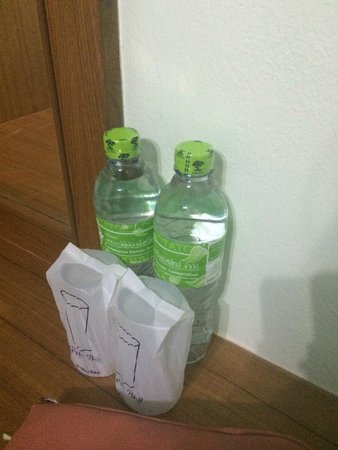 Manee Guest House: ежедневно приносят воду