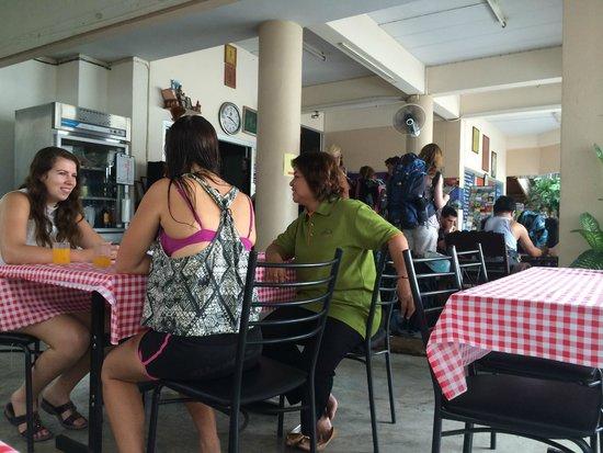 Manee Guest House : завтрак + народ приехал