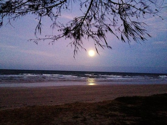 Chaolao Tosang Beach Hotel: The super moon lingered in the morning.