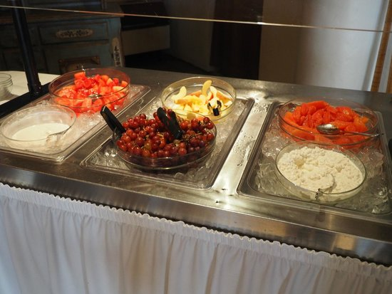 Enzian Inn : Fresh fruits and cottage cheese at breakfast
