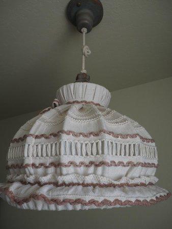 Enzian Inn : Cute knitted lamp shade - 1 Queen Room