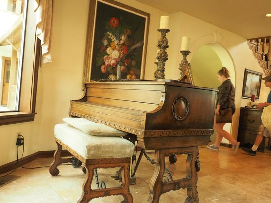 Enzian Inn: Piano in lobby