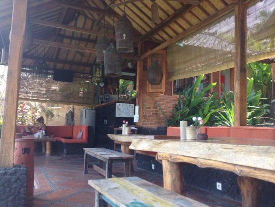 Villa Surya Abadi: The dining/bar/common area.