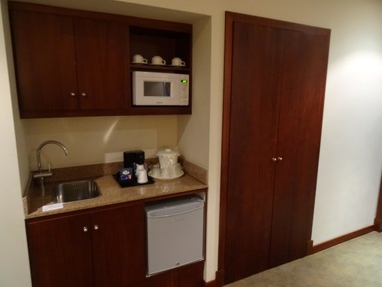 Holiday Inn Express Quito: small kitchenette