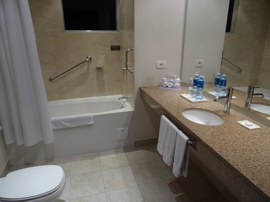 Holiday Inn Express Quito: bathroom in room 1111