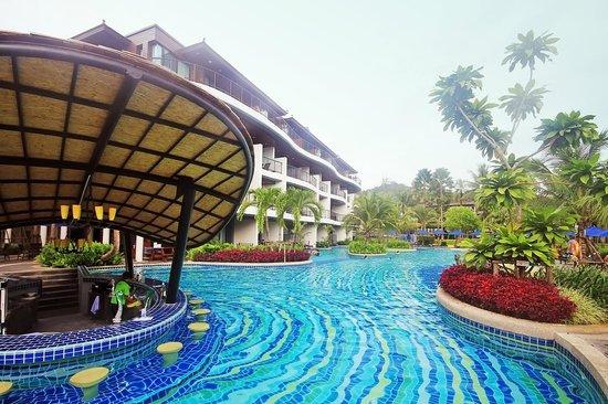 Holiday Inn Resort Krabi Ao Nang Beach: Pool Bar / Swimming Pool