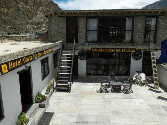Om's Home: hotel entrance & ground
