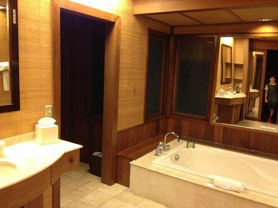 Conrad Bora Bora Nui : Spacious bath