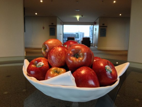 Crowne Plaza Melbourne: Apples at Lift Lobby