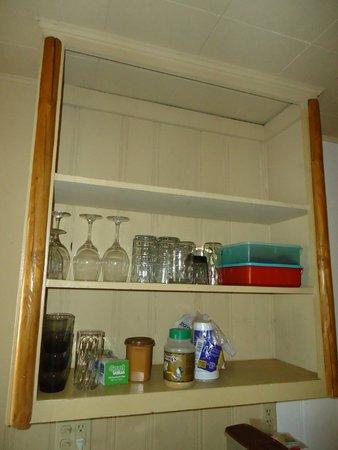 Shore Acres Lodge: open cupboards
