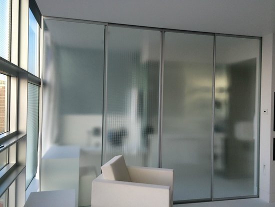 Sofitel Vienna Stephansdom: Glass sliding doors as a separation with bathroom