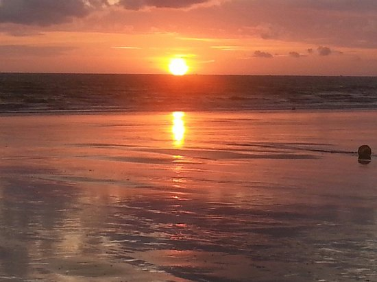 La Voile Bleue : Magnifique coucher de soleil à quelques pas du restaurant