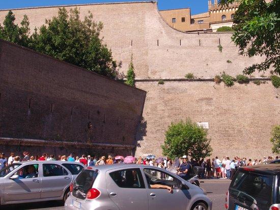 Vatikanische Museen (Musei Vaticani): line up corner1