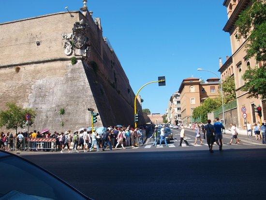 Vatikanische Museen (Musei Vaticani): line up corner2
