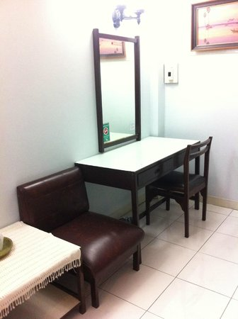 Chang Puak Hotel: Dressing area of room on third storey
