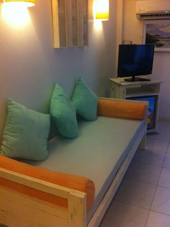 Chang Puak Hotel: Nice big couch in room of second storey