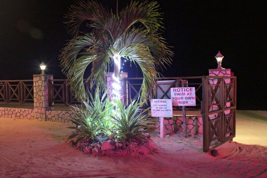Rondel Village : beach gate at night