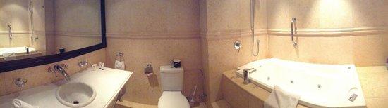 Nugget Point Queenstown Hotel : Huge Bathroom!