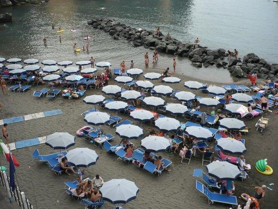 Ristorante Giosue' a Mare: spiaggia sotto la terrazza