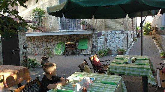 Palestrina-Valmontone B&B: colazione in giardino