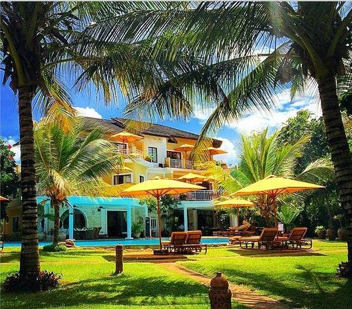 AfroChic Diani: View of the ocean facing rooms and swimming pool