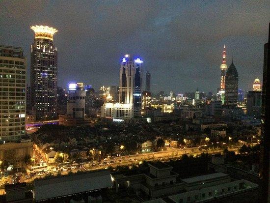 Renaissance Shanghai Yu Garden Hotel: Evening view of Shanghai skyline from my hotel room
