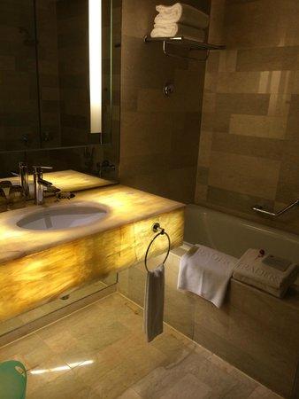 Traders Hotel, Kuala Lumpur : バスタオルをフェイスタオルのみ。このランクのホテルによくある小さい(ハンド?)タオルはありませんでした
