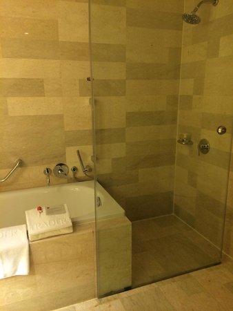 Traders Hotel, Kuala Lumpur : バスタブは広くて清潔。