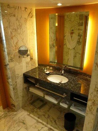 Grand Hyatt Singapore: athroom basin.