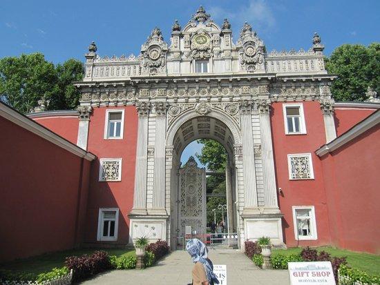 Palacio de Dolmabahçe: Вход в дворцовый комплекс